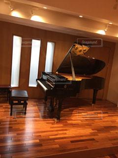 音楽ホールにあるグランドピアノの写真・画像素材[1199356]