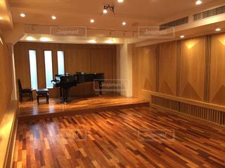 スタンウェイのグランドピアノがある音楽ホールの写真・画像素材[1199358]