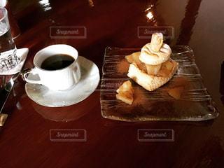 木製のテーブルの上に座ってコーヒー カップの写真・画像素材[1199237]