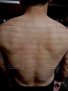 男の背中の写真・画像素材[1201681]