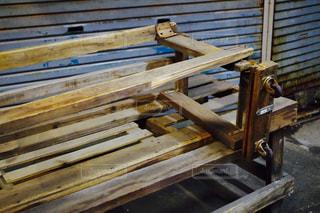 フェンスの横に座っている木製のベンチの写真・画像素材[1199583]