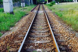 汚れフィールドの側に座っている鉄道の写真・画像素材[1199587]
