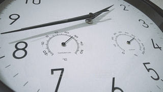 時計の側面を離れて掛かる時計の写真・画像素材[1199700]