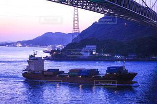 夕日を浴びる船の写真・画像素材[1523176]