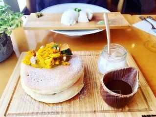 木製のテーブル、板の上に食べ物のプレートをトッピングの写真・画像素材[1200016]
