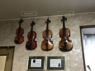 壁にかかったバイオリンの写真・画像素材[1335101]