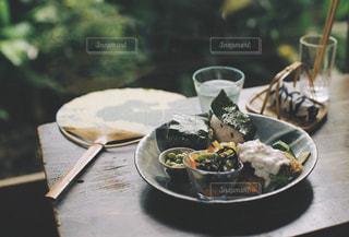 縁側の食事の写真・画像素材[2433518]