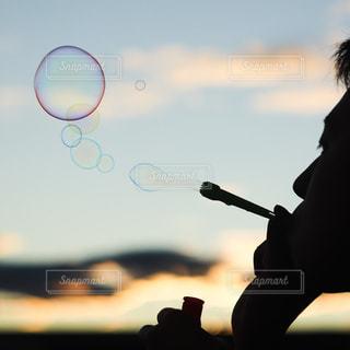シャボン玉を吹く人の写真・画像素材[2446109]