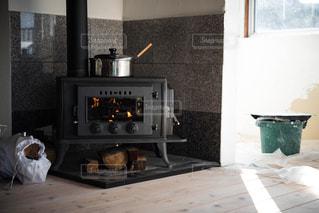 改装中の暖炉の写真・画像素材[1200427]