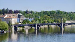 水の体の上の橋の写真・画像素材[1201594]