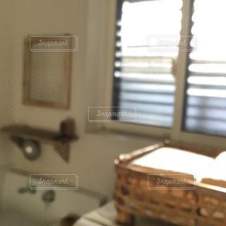 窓のある洗面所の写真・画像素材[1210461]