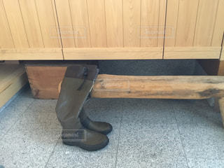木製の床に靴の写真・画像素材[1236371]