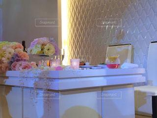テーブルの上の花の花瓶の写真・画像素材[1200780]
