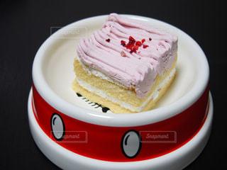 コーヒー カップの横にある皿の上のケーキの一部の写真・画像素材[1200886]