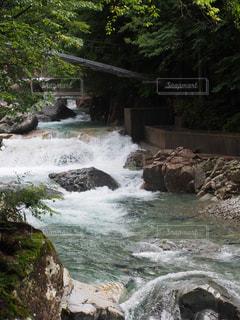 バック グラウンドで良かったりと岩だらけの崖上の大きな滝の写真・画像素材[1200900]