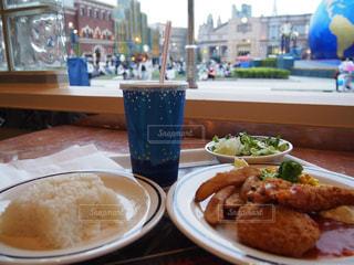 テーブルの上に食べ物のプレートの写真・画像素材[1200983]