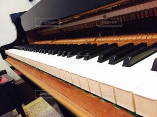 グランドピアノの鍵盤の写真・画像素材[1229117]