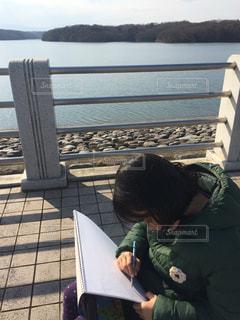 湖でスケッチする女の子の写真・画像素材[1201423]