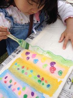 ケーキでテーブルに座っている少女の写真・画像素材[1201501]