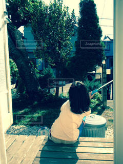 ベンチに座っている人の写真・画像素材[1201507]