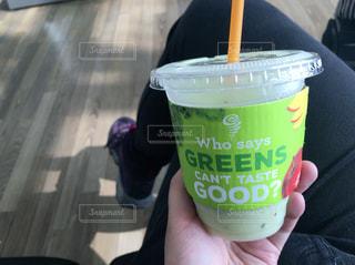 コーヒーのカップを持っている手の写真・画像素材[1206550]