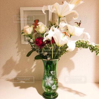 テーブルの上に花瓶の花の花束の写真・画像素材[1201862]