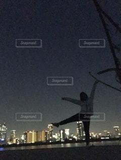 夜のライトアップされた街の写真・画像素材[1202054]