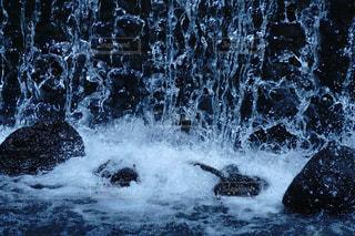 滝に打たれる岩の写真・画像素材[1202317]
