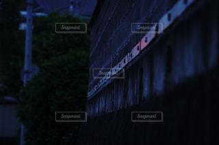 夕方の信号の反射光の写真・画像素材[1206272]