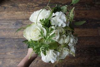 テーブルの上に花瓶の花の花束の写真・画像素材[1203250]