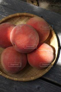 木製テーブルと桃の写真・画像素材[1432280]