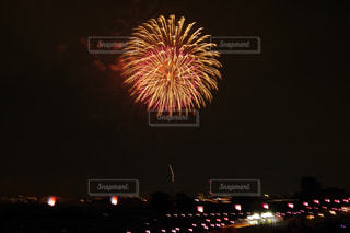 空に花火のグループの写真・画像素材[1202916]