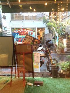 雨の日の店の前の写真・画像素材[1202922]