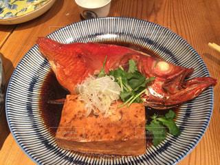テーブルの上の煮魚の写真・画像素材[1203114]