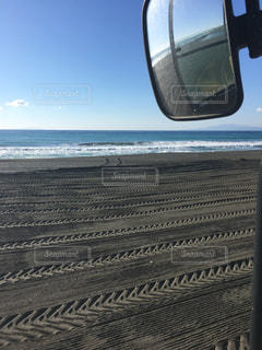 近くにビーチの側のサイドミラーのアップの写真・画像素材[1202651]