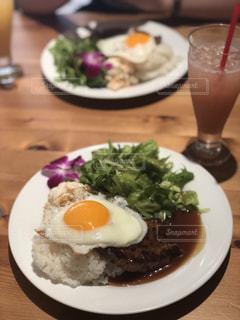 テーブルの上に食べ物のプレートの写真・画像素材[1202857]