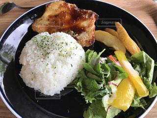 皿のご飯肉と野菜料理の写真・画像素材[1205536]