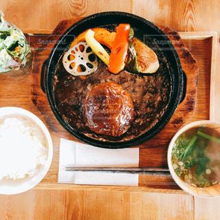 木製テーブルの上にある煮込みハンバーグ定食の写真・画像素材[1203190]