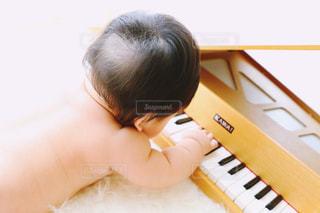 若い男の子がピアノに座っての写真・画像素材[1203755]