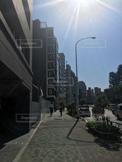 太陽の照りつけるオフィス街の写真・画像素材[1854976]