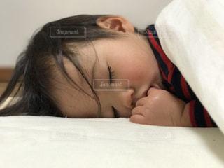 昼寝中の子供の写真・画像素材[1204704]