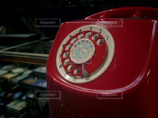 赤いレトロな電話機の写真・画像素材[1205197]