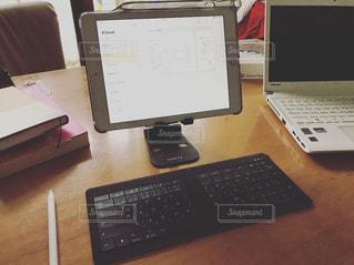 木製のテーブルの上に座ってノート パソコンをデスクの写真・画像素材[1207722]