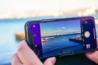 携帯電話を持つ手の写真・画像素材[1210468]