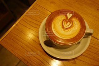 木製のテーブルの上に座ってコーヒー カップの写真・画像素材[1250918]