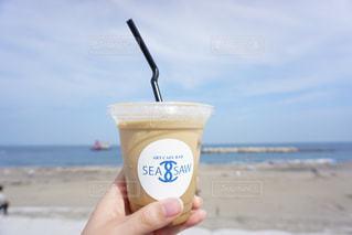 ビーチで水のペットボトルの写真・画像素材[1266852]