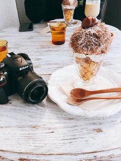 テーブルの上のコーヒー カップの写真・画像素材[1322761]
