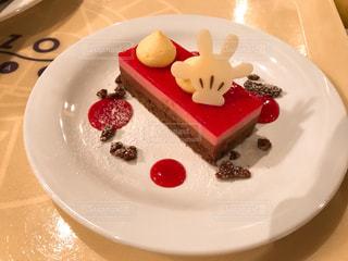 皿の上のケーキの一部の写真・画像素材[1322884]