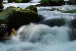 いくつかの水の上の大きな滝の写真・画像素材[1393136]