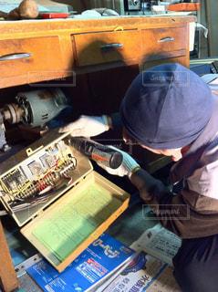 電気工事をする年配の方の写真・画像素材[1766432]